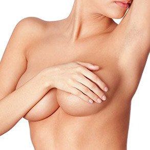 Mulher com mão sobre as mamas